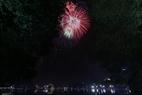 Brillantes fuegos artificiales en el lago Hoan Kiem.