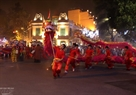 Performing a dragon dance on the night of the ceremony to celebrate the 60th anniversary of the capital's liberation.