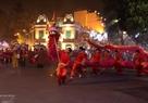 Danza del dragón en el lago Hoan Kiem (Espada Restituida) en celebración del  aniversario 60 del Día de la Liberación de la capital. Foto: Thong Hai