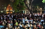 Thousands of people gather at Hoan Kiem Lake to admire a beautiful firework performance. Photo: Thong Hai