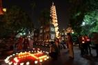 La pagoda Tran Quoc luce brillante con los farolillos. Foto: Tat Son