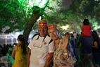 ハノイ-平和のための都市に対する愛情を表す外国人の観光客たち。撮影:トン・ハイ