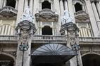 Hermosos rasgos arquitectónicos de un teatro en el centro de La Habana.