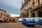 Los viejos coches andan como elementos decorativos de las calles capitalinas.