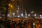 Des dizaines de milliers de personnes attendent avec enthousiasme la messe de la Nativité à la Grande-cathédrale de Hanoi. Photo: Thong Hai - Revue Vietnam Illustré