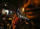 Turistas extranjeros graban los recuerdos de la Nochebuena en Hanoi. Foto: Thong Hai - VNP
