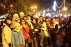 Les touristes étrangers qui célèbrent le Noël avec des Hanoiens. Photo: Thong Hai - Revue Vietnam Illustré