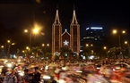 Des dizaines de milliers de personnes se rassemblent sur la place devant la cathédrale de Notre- Dame (Ho Chi Minh-Ville). Photo: Phuong Vy ̉-AVI