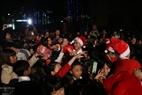 Ông già Noel phát quà Giáng sinh cho mọi người trên đường phố Hà Nội. Ảnh: Thông Hải - Báo ảnh Việt Nam