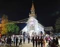 Không khí đón Giáng sinh tại nhà thờ gỗ Kon Tum. Ảnh: Quang Thái - TTXVN