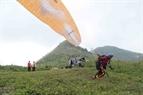 Dang Thanh Chung toma carrerilla para un salto en paracaídas.