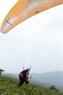 Những bước chạy đà của anh Đặng Thành Chung trong một lần bay dù lượn.