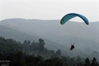 El paracaídas de Dang Thanh Chung volando en el cielo.