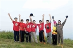 Dang Thanh Chung and members of the Vietwings Hanoi Paragliding Club pose for a souvenir photo.