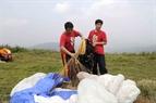 Dang Thanh Chung chequea los paracaídas de los miembros del club.