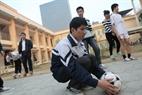 サッカーの準備する盲人の学生たち。