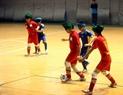 サッカーをする盲人の学生たち。撮影:キー・チュン