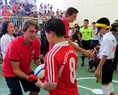 Ignasi Miguel and Emi Martinez from Arsenal play football with blind children at Nguyen Dinh Chieu Secondary School. (Photo: Nguyen Dinh Chieu Secondary School's file)