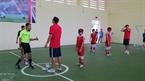 Niños ciegos juegan con futbolistas del Club Arsenal. Foto: archivos de la escuela secundaria Nguyen Dinh Chieu