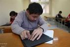 Los niños con deficiencias visuales tienen que usar el sistema de escritura Braille.