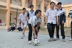 Los niños se esfuerzan para superar las dificultades encontradas cuando juegan fútbol.