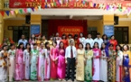 Teachers of Dai Kim Primary School pose for a photo at the ceremony. Photo: Trong Chinh/VNP
