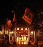 サータック儀式の行なわれる式場の門は飾られる。