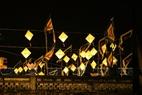 サータック儀式には、伝統的な提灯で街の中は飾られる。