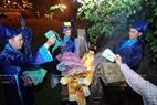Brûler des papiers votifs après la cérémonie.
