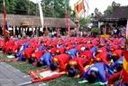Hàng kiệu và tổng cờ làm lễ tại sân trong Quán Giá trước khi thực hiện nghi lễ Nghiềm quân.