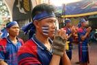 Les rameurs pratiquent leurs rites au temple avant la compétition.