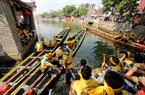Les pirogues de course se rassemblent sur le fleuve Pheo avant la compétition.