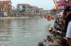 Hàng vạn người dân trong vùng tập trung hai bên bờ sông Pheo để cổ vũ hội đua thuyền.