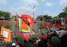 Des spectateurs aux deux rives du fleuve Pheo.