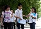 Выпускники вышли из экзаменационного пунктa во время третьего экзаменационного дня (3 июля 2015 года). Фото: Тат Шoн