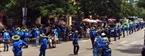 Nhóm sinh viên tình nguyện phân luồng giao thông trên đường Trần Đại Nghĩa để tránh ùn tắc trong giờ tan tầm. Ảnh: Đức Hạnh
