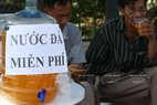 Near the exam site at the University of Social Sciences and Humanity/Vietnam National University-Hanoi, free iced tea is served. Photo: Thong Thien/VNP