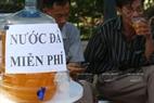 Перед экзаменационным пунктoм Институтa гуманитарных и социальных наук расположено много точек, где установлены бутыли с холодным чаем, для родителей, которые привели своих детей на экзамен. Фото: Тхонг Тхиен