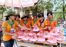 Sinh viên tình nguyện Trường Đại học Nông nghiệp Hà Nội chuẩn bị các suất cơm ưu đãi với giá 5000 đồng phục vụ thí sinh và phụ huynh. Ảnh: Hoàng Hà
