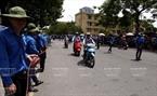 Các tình nguyện viên phân luồng giao thông trên đường Trần Đại Nghĩa. Ảnh: Thông Thiện