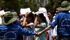 Những ngày thi PTTH Quốc gia 2015 trùng với thời điểm của đợt nắng nóng gay gắt diễn ra ở Hà Nội nên lực lượng tình nguyện viên làm việc rất vất vả giúp các thi sinh đến điểm thi an toàn. Ảnh: Thông Thiện