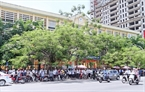 Parents waiting for examinees outside the exam site at Le Quy Don secondary school on Nguyen Van Huyen Street (Hanoi). Photo: Hoang Ha/VNP