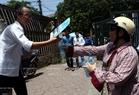 Chị Đào Hà ở Trung Tự (Đống Đa, Hà Nội) đã mua 1000 chai nước suối phát miễn phí cho thí sinh và phụ huynh đưa con đi thi ở điểm thi Trường Đại học Bách khoa Hà Nội, ngày 3/7/2015. Ảnh: Thông Thiện