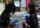 Экзаменующиeся обсуждают закончившийся экзамен по географии в Ханойском технологическом университетe yтром 3 июля 2015 года. Фото: Тхонг Тхиен