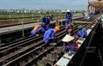 龙边桥铁路维修正在加快进度,服务居民出行。本报记者 郑部 摄