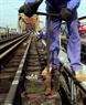 更换龙边桥铁路损坏的螺丝。本报记者 郑部 摄