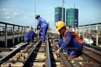 检查并更换龙边桥上铁路的老旧螺丝。本报记者 庆龙 摄