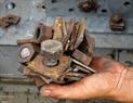 拆除老旧生锈的螺丝。本报记者 郑部 摄