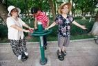 Les femmes âgées s'entraînent sur les machines d'exercices au parc Ngoc Lâm. Photo: Viêt Cuong