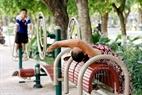 Les habitants de l'arrondissement de Long Biên peuvent  pratiquer la gym sur les appareils de sport à multifonctions. Photo: Viêt Cuong